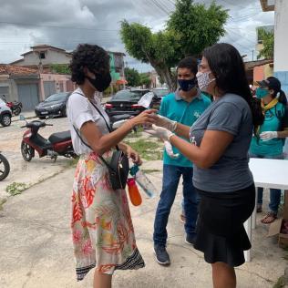 96 kits com lanches foram entregues aos candidatos do ENEM por uma equipe da Missão Calebe na cidade de Eunápolis (Foto: reprodução)
