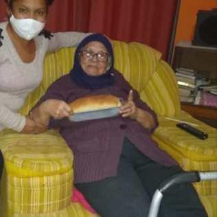 Pão caseiro é entrega para idosa. [Foto: Reprodução].