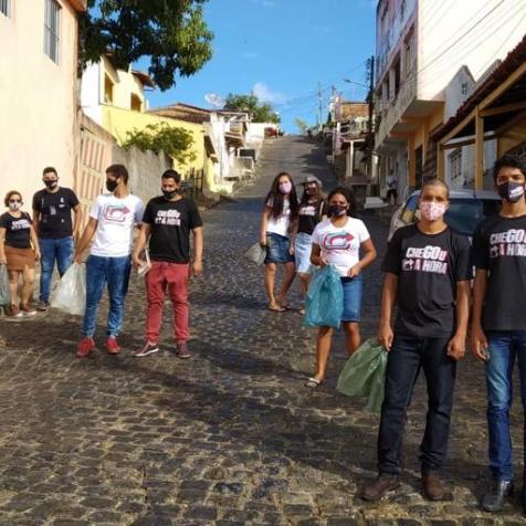 Jovens arrecadando alimentos na cidade de Pau Brasil (Imagem: reprodução)