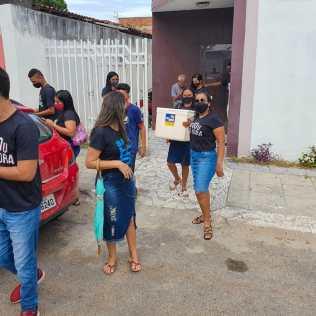 Os servidores da base do SAMU, Guarda Municipal, Hospital Municipal e da guarnição da Polícia Militar da Bahia, foram presenteados com a sobremesa preparada pelos jovens. (Foto: Reprodução)