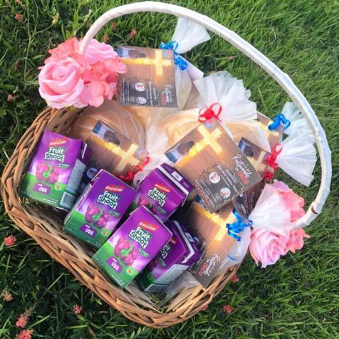 Junto ao convite para Semana Santa Teen, adolescentes entregaram pães (Foto: reprodução)