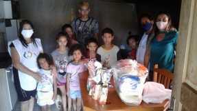 Voluntários durante distribuição de alimentos. [Foto: Reprodução].