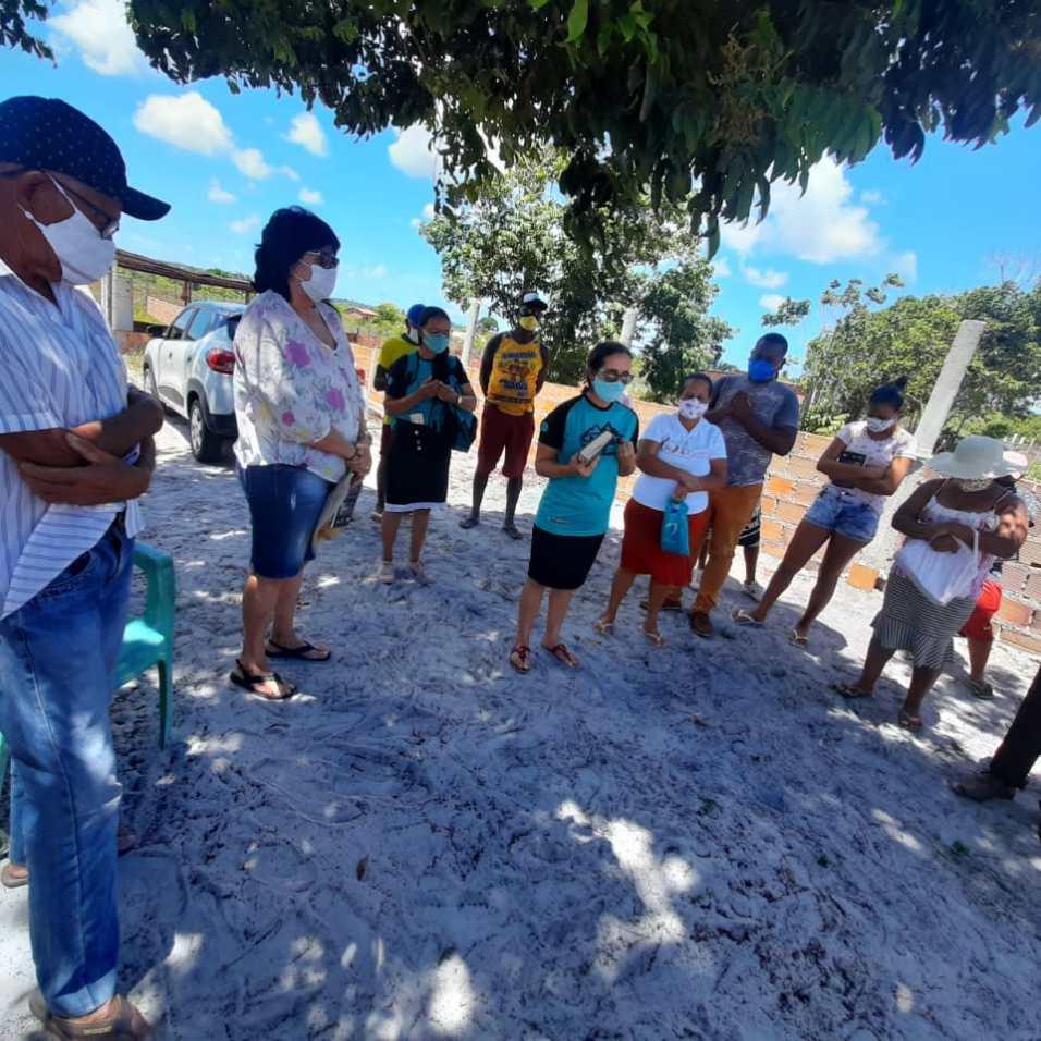 Momento de oração por todas as famílias da região. (Foto: Reprodução)