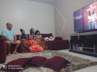 Família acompanhando a Semana Santa Online em Almas