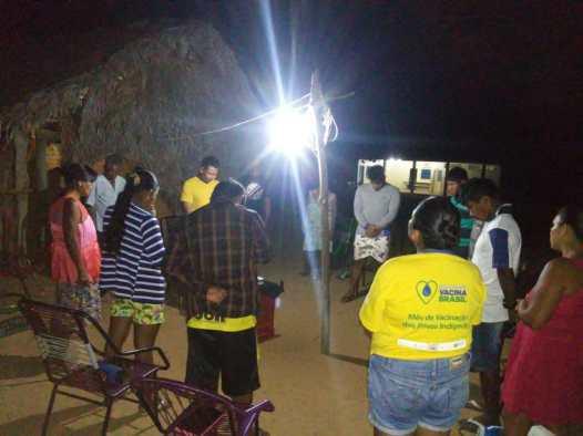 Pequeno grupo conta com a participação de várias famílias da aldeia