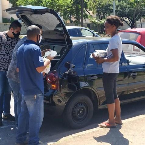 Marmitas sendo entregues a moradores em situação de rua. (foto: Arquivo pessoal)