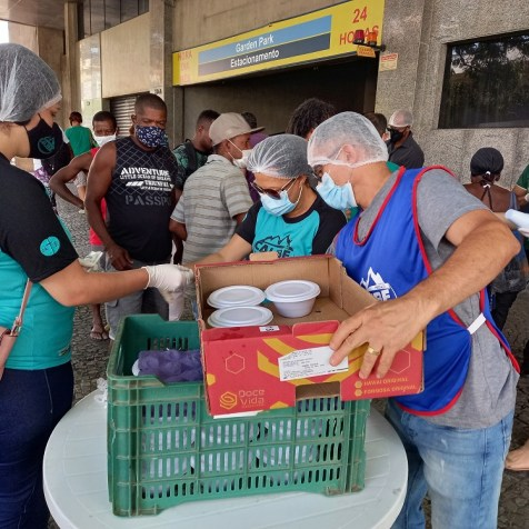 Primeira rodada da entrega de marmitas. (Foto: Renata Paes)