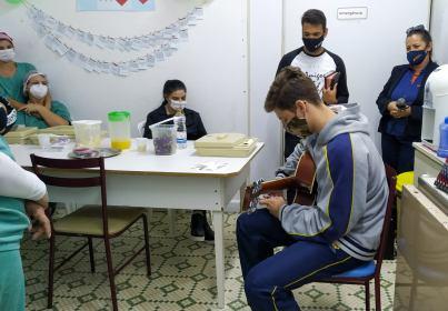 Estudante durante homenagem aos profissionais de saúde. [Foto: Sandy Mayara da Silva].