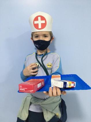 Aluno se caracterizou de enfermeiro para homenagear profissionais de hospital.[Foto: Reprodução].