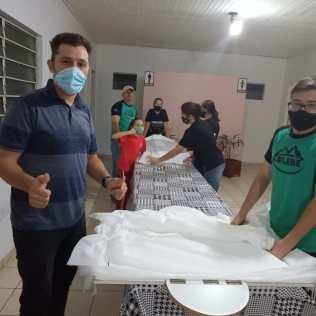 Voluntários durante finalização das fraldas. [Fotos: Reprodução].