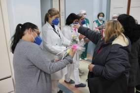 Entrega de flores para as funcionárias da Santa Casa de Pelotas.