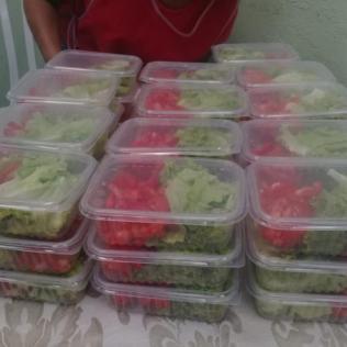 Saladas também fazem parte das refeições distribuídas (Foto: Arquivo Pessoal).