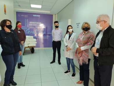 Voluntários e autoridades participam de evento para entrega das fraldas do Hospital São José].