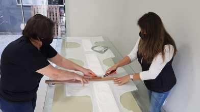 Voluntárias realizam corte das fraldas durante fabricação.[Foto: ASA local].