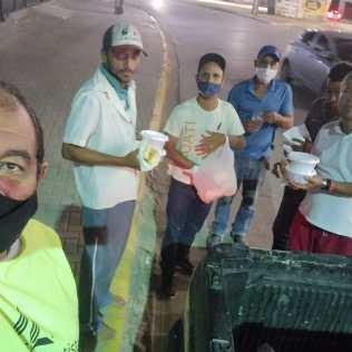 Voluntários distribuem alimentos em Cajueiro Seco (Foto: Divulgação)