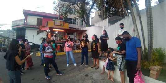 Membros da Igreja Central de Caieiras entoaram louvores e distribuíram livros missionários em porta de hospital (Foto: Arquivo Pessoal).