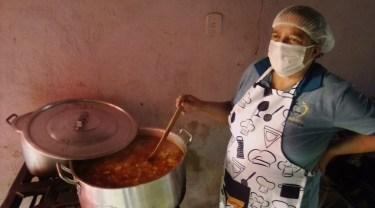 Lilian Edileusa durante preparação de sopa. [Foto: Reprodução].