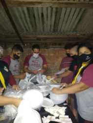 Grupo prepara marmitas para doação. [Foto: Reprodução].