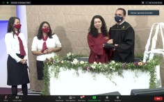 Batismos foram transmitidos ao vivo (Foto: Reprodução).