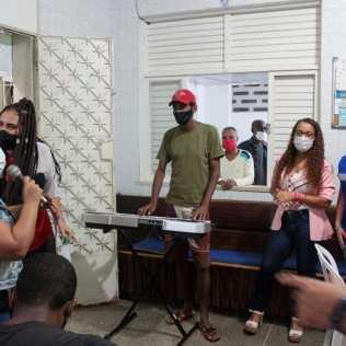 Momento de confraternização com música tocada e cantada pelos assistidos do abrigo. (Foto: Edivam Silva)