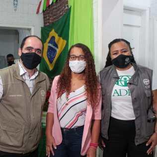 Da esquerda para direita, Leonardo Mendes, diretor da ADRA, Claudia Conceição, técnica de referência da unidade na SEMPRE, e Francine Souza, coordenadora da unidade 1. (Foto: Edivam Silva)