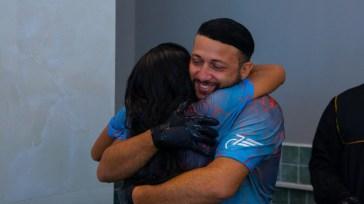 Casal se abraça após serem batizados