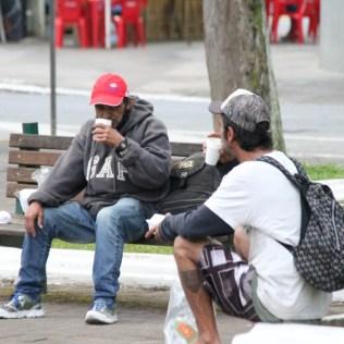 Moradores em situação de rua tomam chocolate quente servido por estudantes. [Foto: Paulo Ribeiro].