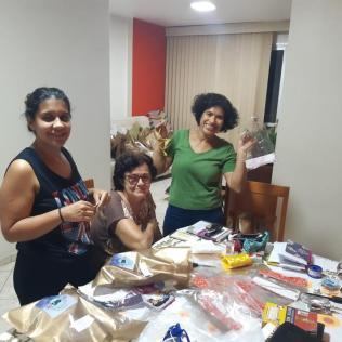 Crianças recebem os kits com o cofrinho no Delivery