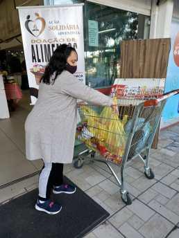 Clientes depositaram alimentos em carrinho posicionado na recepção de supermercado. [Foto: Reprodução].