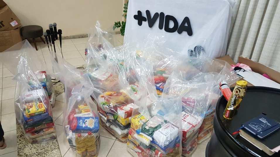 Grupo de voluntários montou e distribuiu 65 cestas básicas. [Foto: Reprodução].