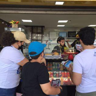 Os voluntários visitaram centros comerciais. (Foto: Reprodução)