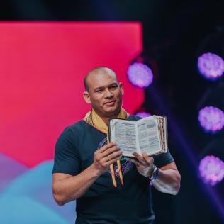 Pastor Gilson Magalhães conduzindo os momentos de pregação. Foto: Ellen Lopes