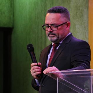 Pastor Leonardo Martins, evangelista dos adventistas do leste e norte da capital paulista em oração pelas decisões (Foto: Comunicação APL).