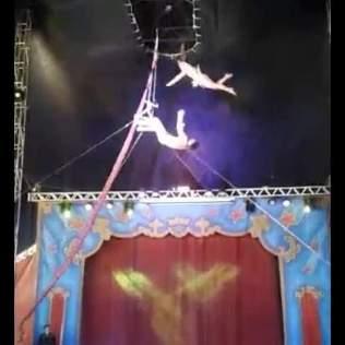 Michelly fazendo acrobacia na época que trabalha no circo. (Foto: Arquivo Pessoal)