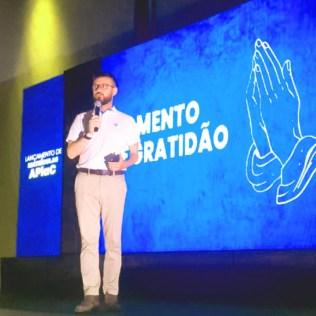 Líder da educação Adventista do Planalto Central motiva os participantes.