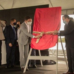 Momento da revelação da placa de inauguração foi protagonizado por líderes da Igreja Adventista para o Estado de Pernambuco. (Foto: Dhellano Furtado)