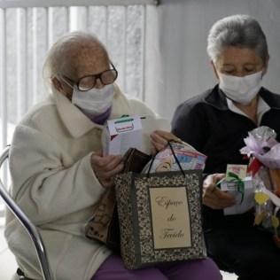 Idosos ganharam presentes das crianças. Crianças posam para foto após homenagearem idosos. [Foto: Paulo Ribeiro].