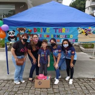 Voluntários em frente à igreja durante arrecadação de brinquedos. [Foto: Reprodução].