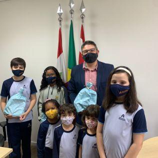 Vereador Bruno Cunha com alunos da Educação Adventista durante homenagens. [Foto: Reprodução].