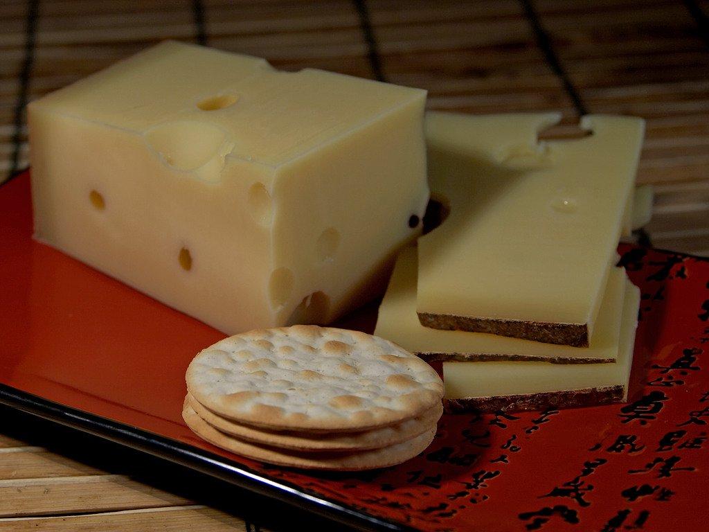 O queijo emmental é também chamado de queijo suíço
