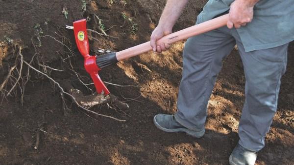Picareta é implemento agrícola usado para quebrar rochas e pedras
