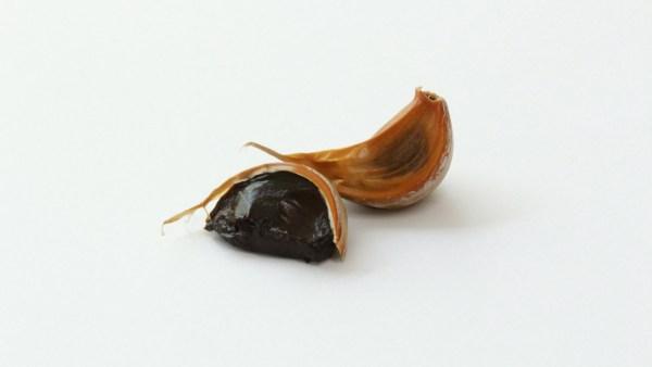 Alho negro é variedade nutritiva obtida a partir do alho fresco