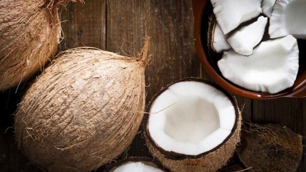 Coco é fruto muito benéfico amplamente produzido e consumido no Brasil