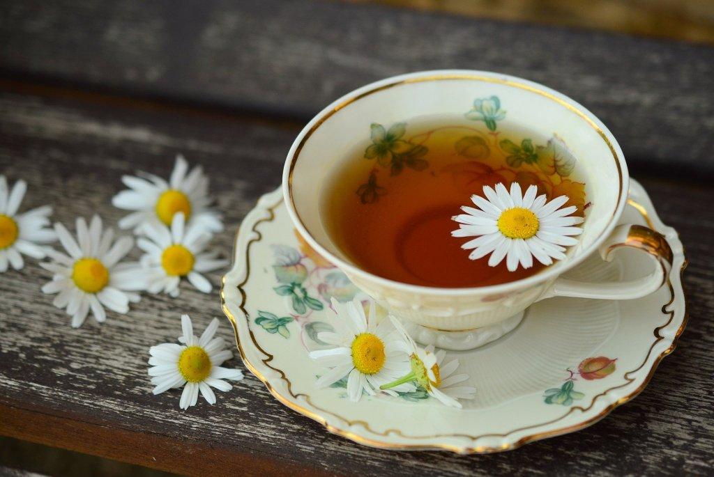 dentre os chás medicinais, o chá de camomila é muito utilizado como calmante