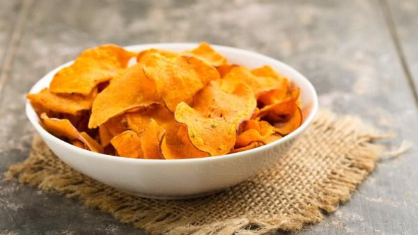 Chips de batata doce podem ser feitos com facilidade