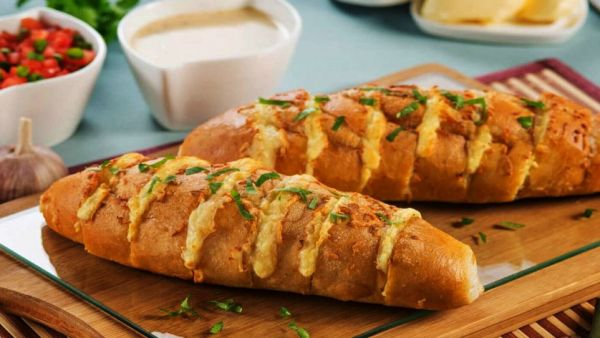 Pão de alho é iguaria muito apreciada ao lado de carnes