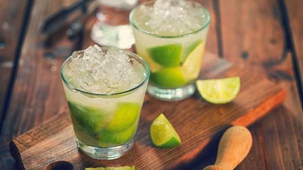 Caipirinha, bebida brasileira, leva cachaça, limão, açúcar e gelo