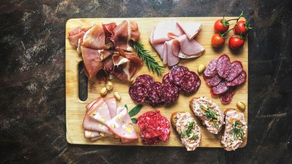 Charcutaria é o processo de fabricar alimentos à base de carne ou miúdos