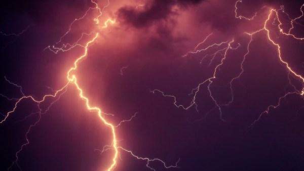 Raios são grandes descargas elétricas que ocorrem na atmosfera