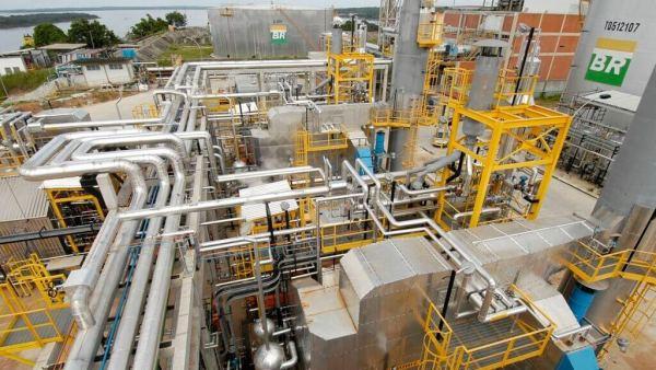 Refinaria de petróleo transforma óleo cru em derivados de valor comercial